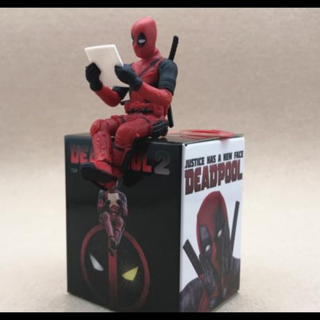 Deadpool ülő, olvasó kis minifigura